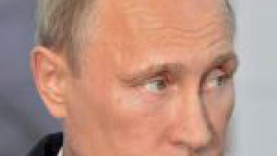 """Vladimir Poutine annonce que """"des dizaines de personnes"""" de son entourage ont le Covid"""
